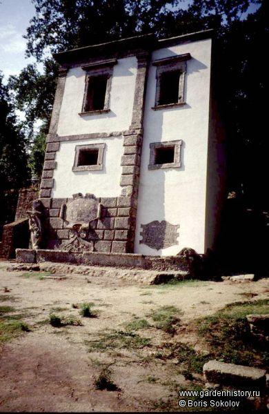Бомарцо. Падающий дом